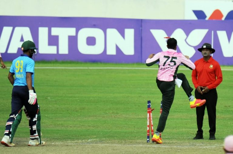 Shakib Al Hasan Did A Shameful Act In The Middle Match, Kicked The Wicket And Also Clashed With The Umpire